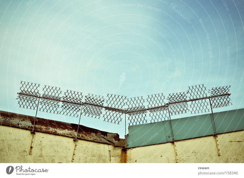 urban installation Zaun Grenze Dach Verbote Klettern Zugang Barriere Stacheldraht Sicherheit Schutz Skulptur Installationen Detailaufnahme Objektschutz