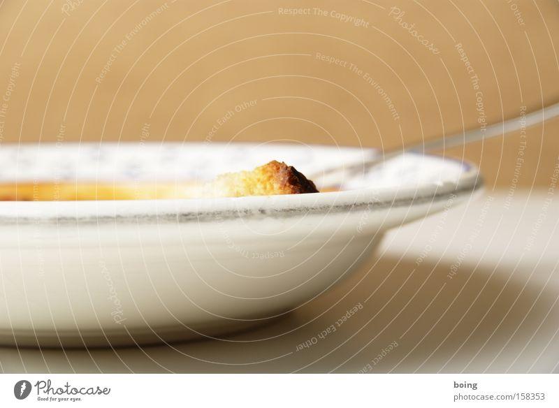 Chili con Carne Tomatensuppe Brot Tellerrand Löffel Gabel Suppenteller Eintopf Gastronomie könnte aber auch mit Reiseinlage sein bestoßen tiefer Teller tomatig