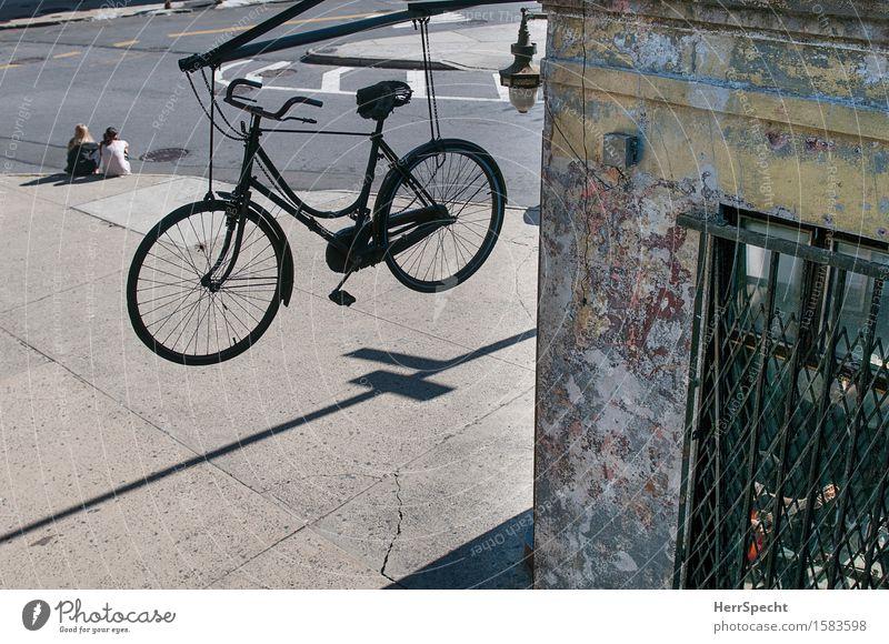 Abhängen in Brooklyn Mensch Junge Frau Jugendliche Mann Erwachsene 3 18-30 Jahre New York City Williamsburg USA Stadt Stadtzentrum bevölkert Haus Fassade