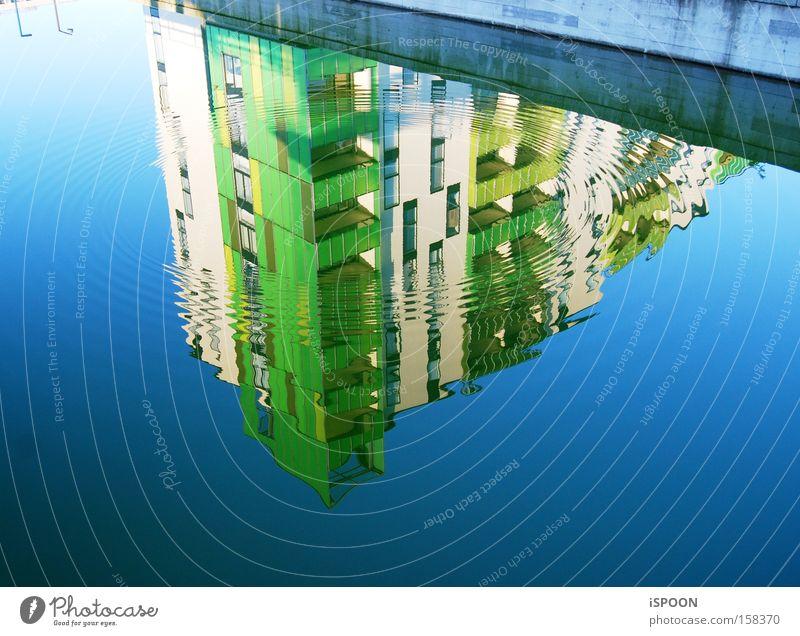 Zwei Strassenlampen Haus Wasser Straße blau grün Kopenhagen Gebäude Reflexion & Spiegelung Wellen Kreis modern
