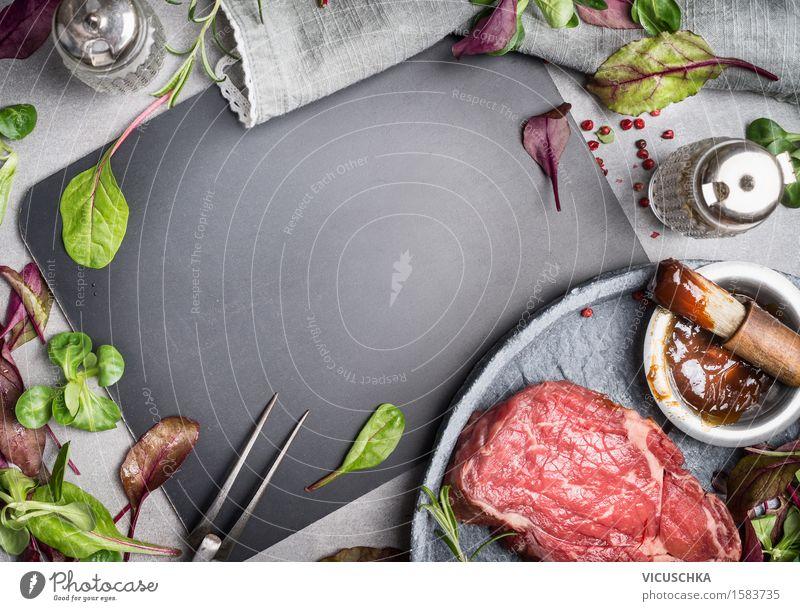 Grill Steak Zutaten um leerer Tafel. Lebensmittel Fleisch Gemüse Salat Salatbeilage Kräuter & Gewürze Öl Ernährung Mittagessen Abendessen Büffet Brunch