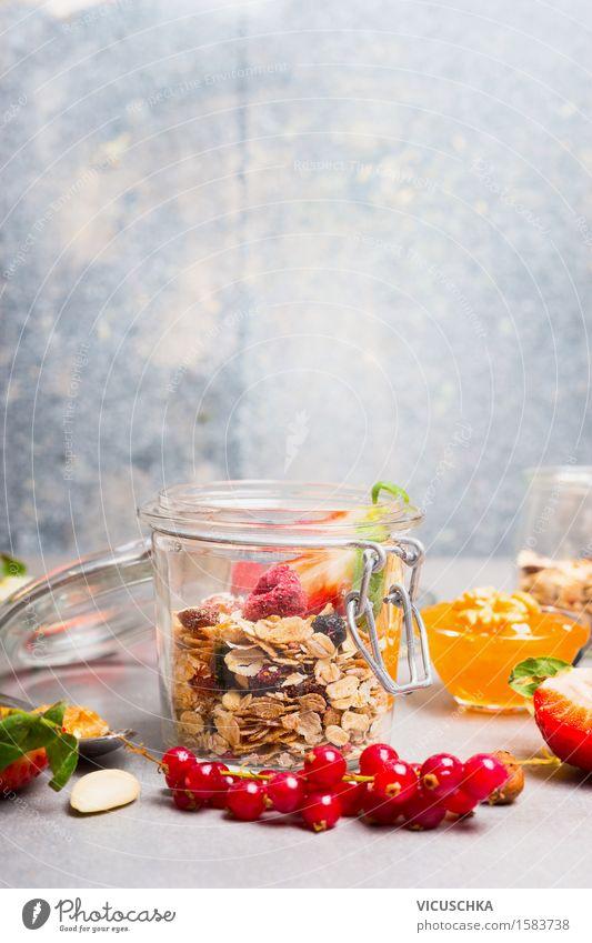 Gesundes Frühstück mit Müsli und Beeren im Glas Sommer Gesunde Ernährung Leben Stil Lifestyle Lebensmittel Design Wohnung Frucht Textfreiraum Tisch Fitness