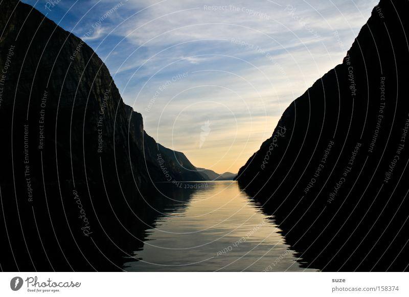Lysefjord Fjord Meer Norwegen ruhig Berge u. Gebirge Einsamkeit blau Küste Berghang Felsen Geröll Skandinavien Wasser frei Freiheit Wolken Himmel Haufen Natur