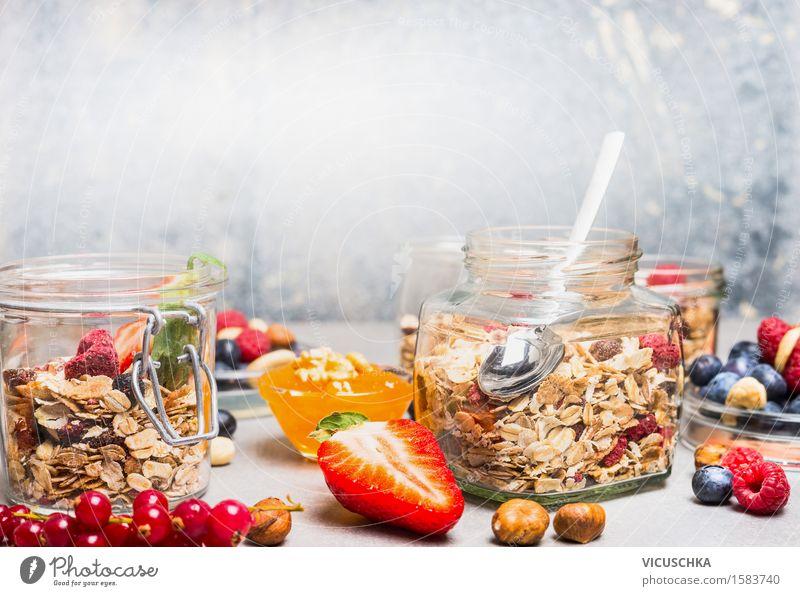 Müsli im Glas mit Beeren und Nüsse Lebensmittel Frucht Getreide Dessert Ernährung Frühstück Bioprodukte Vegetarische Ernährung Diät Löffel Lifestyle Stil