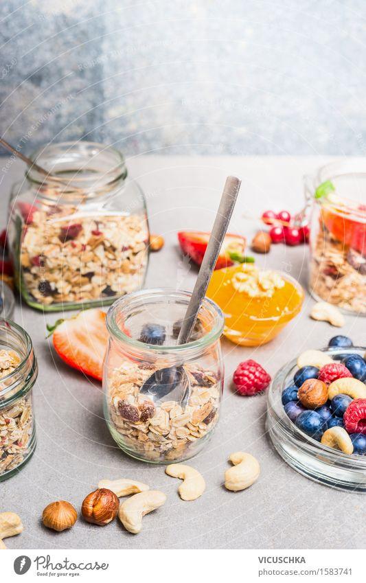 Frühstück im Glas mit frischen Beeren , Nüsse und Müsli Lebensmittel Joghurt Frucht Getreide Dessert Ernährung Büffet Brunch Bioprodukte Vegetarische Ernährung