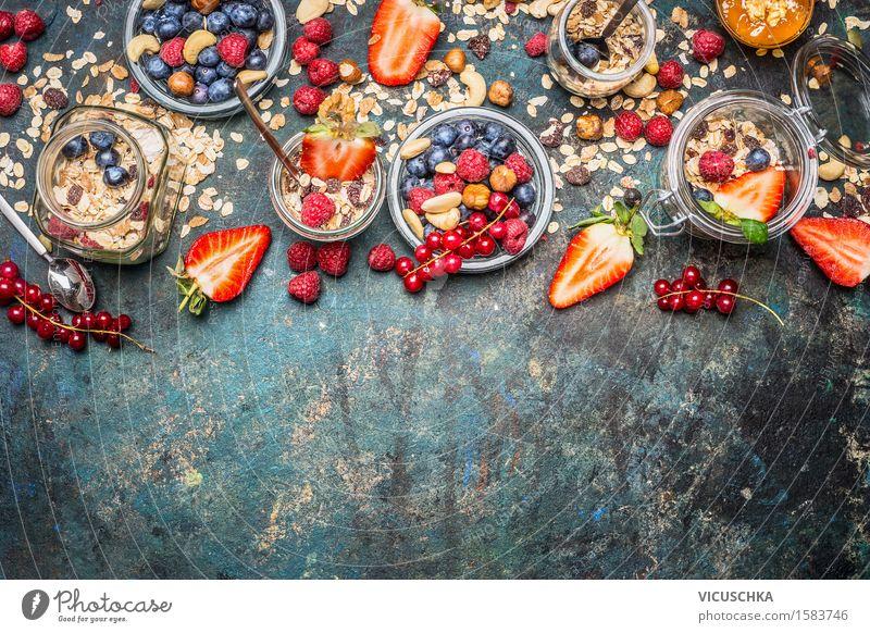 Müsli mit frischen Beeren, Nüsse und Samen. Lebensmittel Frucht Getreide Dessert Marmelade Ernährung Frühstück Mittagessen Glas Lifestyle Stil Design