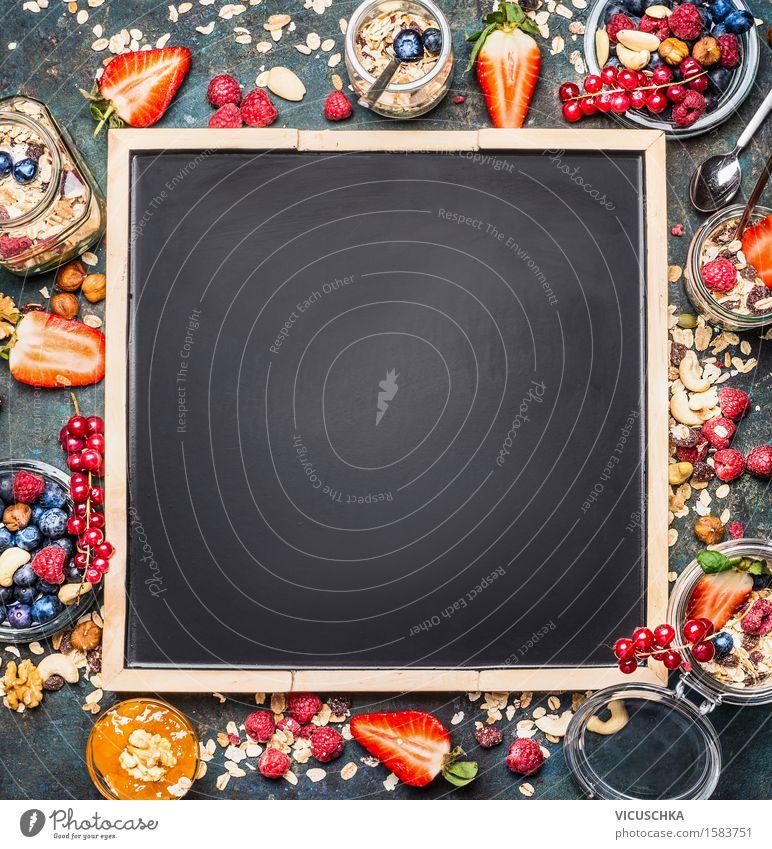 Müsli und Beeren um schwarzer leerer Tafel Hintergrund Lebensmittel Frucht Getreide Dessert Marmelade Ernährung Frühstück Bioprodukte Vegetarische Ernährung
