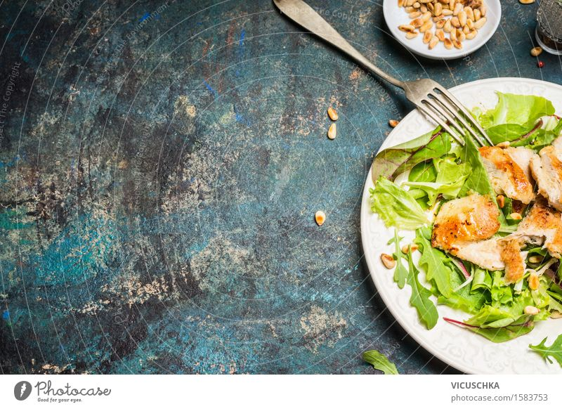 Hähnchensalat mit Pinienkernen auf rustikalen Hintergrund Lebensmittel Fleisch Salat Salatbeilage Ernährung Mittagessen Abendessen Bioprodukte Diät Geschirr