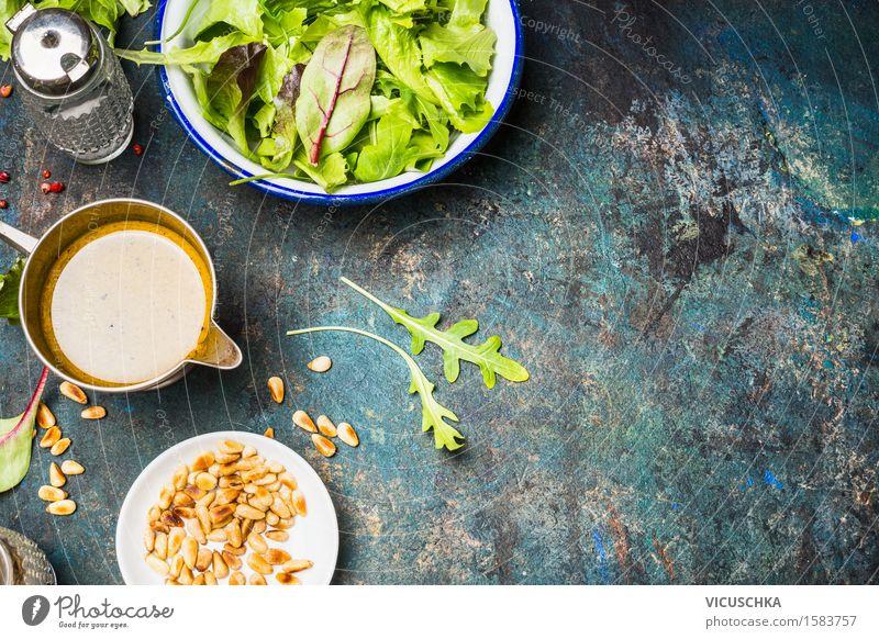 Grüner Salat mit Öl -Dressing und Pinienkernen Natur Gesunde Ernährung Leben Essen Foodfotografie Stil Lebensmittel Design Tisch Kräuter & Gewürze Gemüse