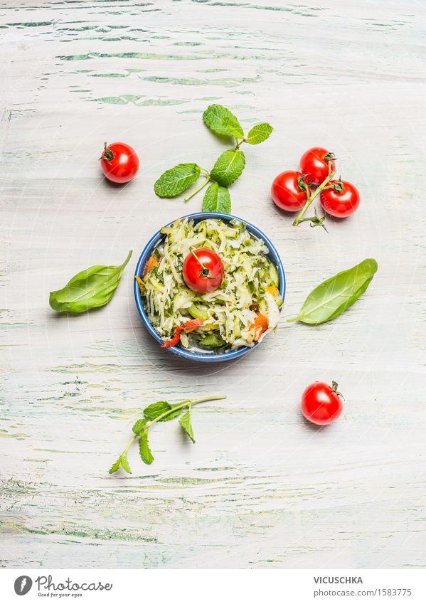 Kohlsalat mit Tomaten in der Schüssel Gesunde Ernährung gelb Leben Speise Essen Foodfotografie Stil Lebensmittel Design frisch Tisch Gemüse Bioprodukte
