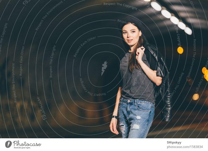 Frau nachts die Straße, die für Auto wellenartig bewegt Lifestyle Stil schön sprechen Handy Mensch Mädchen Erwachsene Wetter Stadt Verkehr Fahrzeug PKW Mode