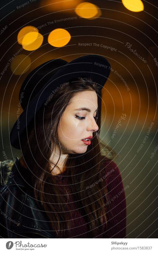 Hübsche Frau, die alleine auf die Straße geht Mensch Stadt Erotik Einsamkeit Mädchen dunkel schwarz Gesicht Erwachsene gelb Stil Lifestyle Gebäude Mode