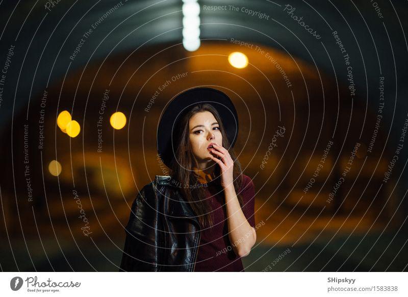 Hübsche Frau, die alleine auf die Straße geht Lifestyle Reichtum elegant Stil Gesicht Schminke Mensch Mädchen Erwachsene Lippen Kleinstadt Stadt Gebäude PKW