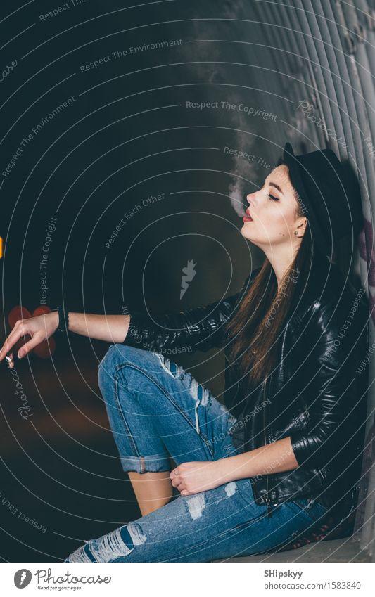 Junges Mädchen, das auf dem Boden und dem Rauche sitzt Stil Gesicht Schminke Mensch Frau Erwachsene Arme Hand Nebel Stadt Straße PKW Mode Hut Denken stehen