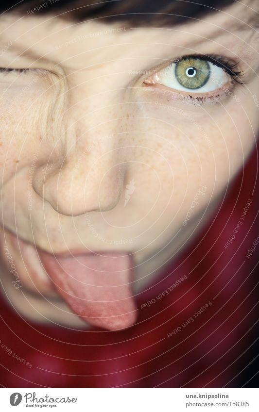 bäh Freude Frau Erwachsene Auge frech Fröhlichkeit lustig grün rot Zunge Grimasse Sommersprossen Gute Laune Porträt glänzend Pupille 1 einäugig Augenfarbe