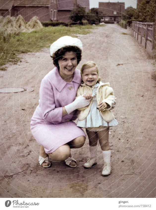 Mama und ich Frau Kind weiß Mädchen Haus Liebe Eltern lachen Wege & Pfade Erwachsene Familie & Verwandtschaft Zufriedenheit Fröhlichkeit Bekleidung Mutter