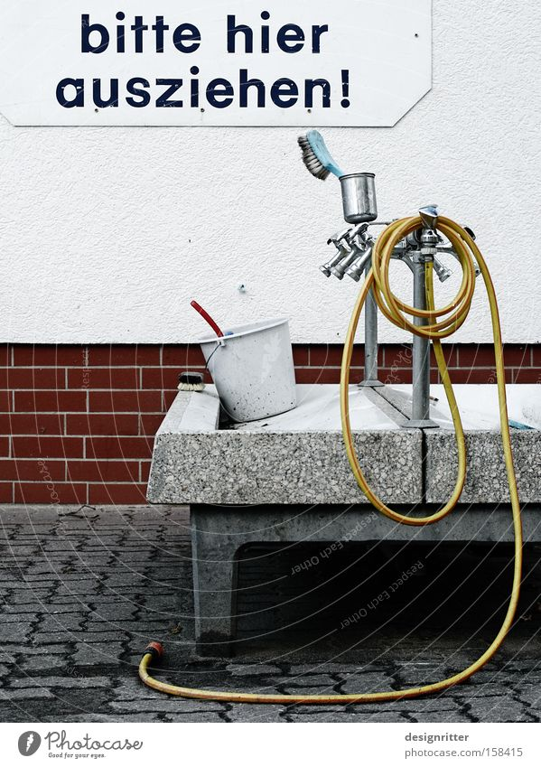 Hopp, hopp! Waschbecken Waschtag Waschen Wäsche Reinigen Sauberkeit Wasser Bürste Haarbürste Eimer entkleiden Bekleidung schrubben
