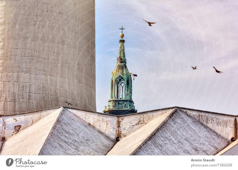 Großer und kleiner Bruder Himmel Ferien & Urlaub & Reisen Stadt alt Ferne Architektur Religion & Glaube außergewöhnlich Stimmung Tourismus Kraft Kirche Beton Schönes Wetter Turm historisch