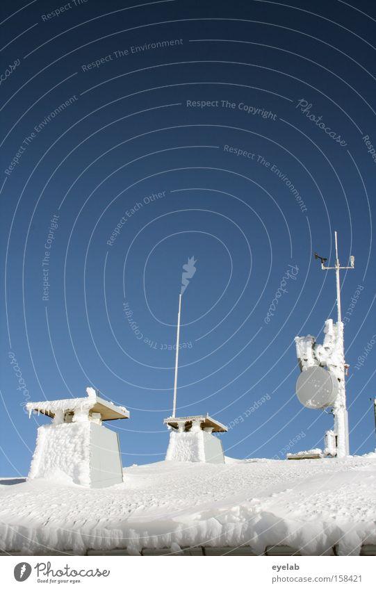 Väterchen Frost hat wieder zugeschlagen kalt Winter Himmel Dach Schnee Schornstein Abluft Antenne Schalen & Schüsseln Parabolantenne Dachrinne Regenrinne