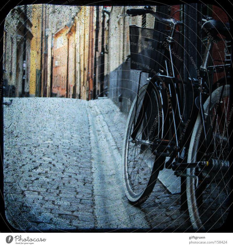 in the streets of stockholm Fahrrad Straße Altstadt Haus Gasse Stockholm Kopfsteinpflaster Gamla Stan Taube Spaziergang Europa Verkehr Verkehrswege parken