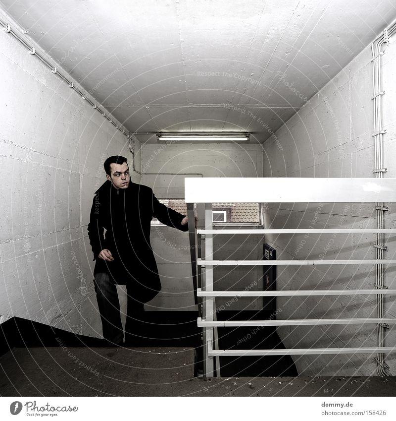 coming up II Mann Treppe Geländer Treppengeländer oben Top weiß Klarheit deutlich kalt Mantel laufen steigen Treppenhaus Kasten Kerl einfach Jugendliche