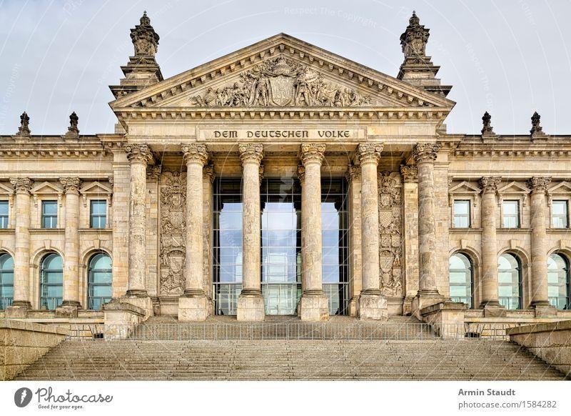 Reichstag Berlin Stadt alt Haus Stimmung Deutschland Tourismus Treppe bedrohlich Macht historisch Völker Vergangenheit Symbole & Metaphern Zusammenhalt