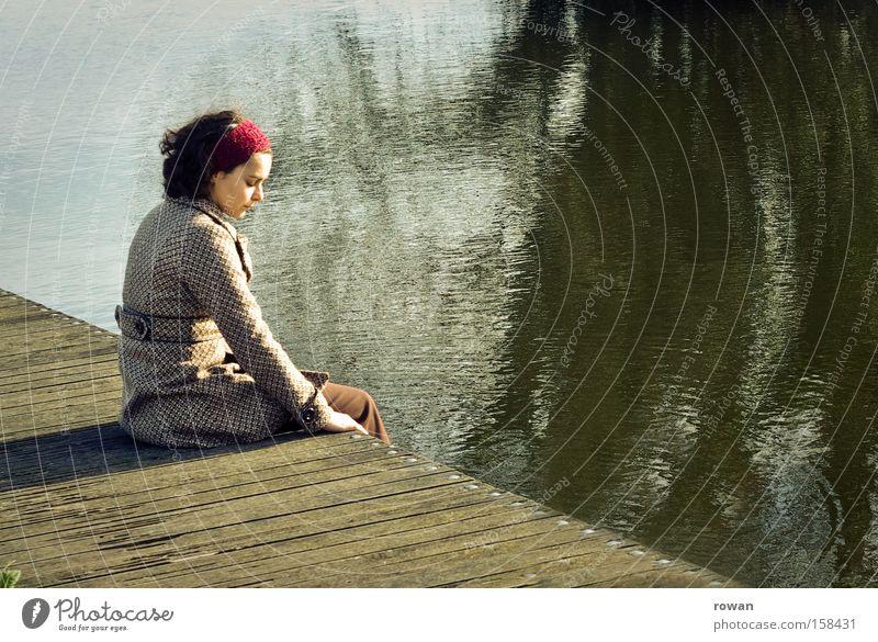 quietude Farbfoto Textfreiraum rechts ruhig Mensch feminin Junge Frau Jugendliche Erwachsene 1 See Fluss Denken Erholung sitzen Traurigkeit trist braun grün