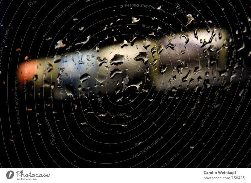 Upside down. Reflexion & Spiegelung Fenster Werbeschild mehrfarbig Wetter Nacht KFZ Langeweile Regen Wassertropfen Fensterscheibe Farbe PKW