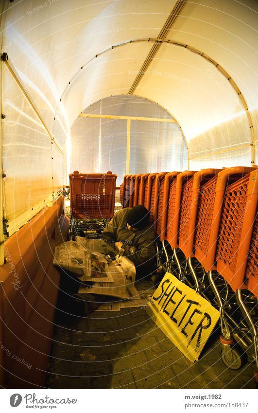 SHELTER obdachlos Schutz Zufluchtsort Mann Armut Zeitung kalt Gesellschaft (Soziologie) Einsamkeit Einkaufswagen Proletarier Bettler Obdachlose hilflos Stadt