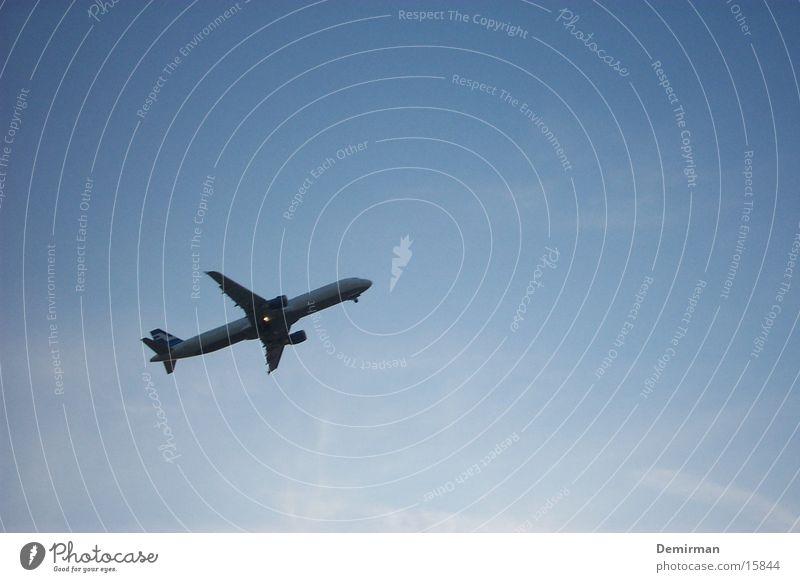 airplane von unten Himmel Sommer Ferien & Urlaub & Reisen Flugzeug Luftverkehr nah Flucht Abdeckung