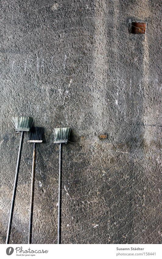 100!!!!!!!! Besen Jubiläum Wand Kehren dreckig Stil Beton Bahnhof alt Bild Borsten Bürste Haarbürste Quadrat Loch