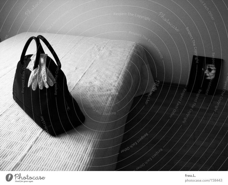 Reise Schwarzweißfoto Innenaufnahme Tag Kontrast Starke Tiefenschärfe Zentralperspektive Porträt Halbprofil Wohnung Möbel Bett Raum Schlafzimmer feminin Frau