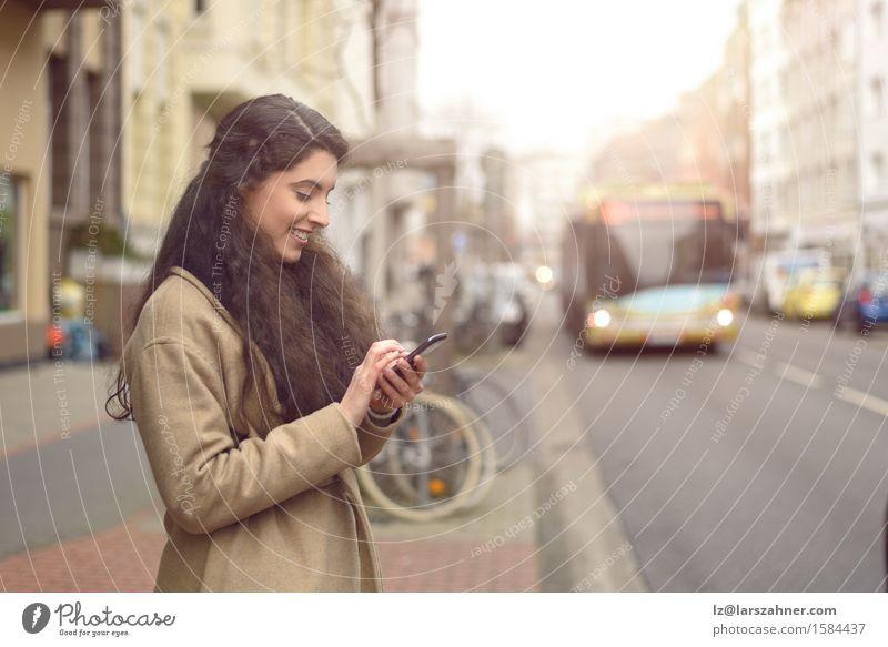 Mensch Frau Jugendliche Stadt schön 18-30 Jahre Gesicht Erwachsene Straße Glück Business Verkehr Textfreiraum Technik & Technologie Lächeln lesen