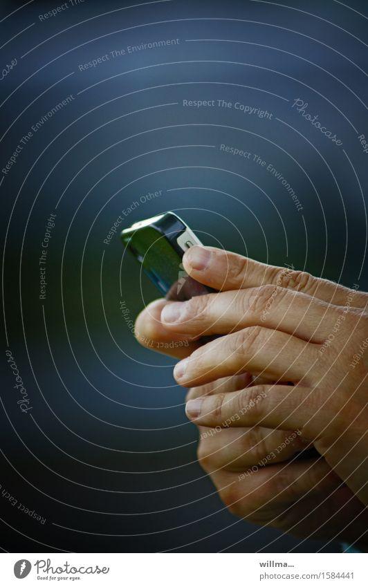 Hände halten ein Smartphone Handy PDA Technik & Technologie Unterhaltungselektronik Telekommunikation Informationstechnologie Internet Finger Kommunizieren
