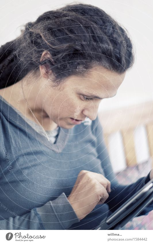 Junge Frau mit Tablet Computer oder Ebook Reader lesen E-Book lernen Internet E-Mail Mensch Neue Medien Medienbranche Business PDA Technik & Technologie