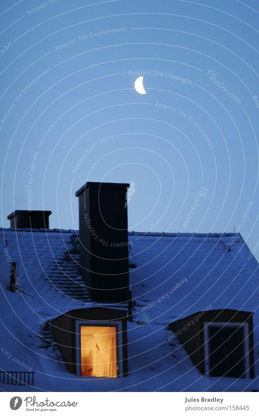 warmes plätzchen Mond Nacht Dach Schornstein Fenster Gegenteil kalt Wärme Mondschein Schnee Beleuchtung erleuchten Winter Himmelskörper & Weltall