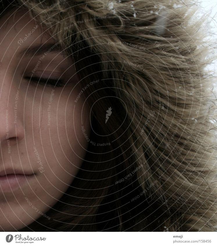 einfach mal durchatmen. Frau Winter Gesicht kalt Schneefall braun Haut Bekleidung Fell Hälfte Junge Frau Teile u. Stücke vermummen