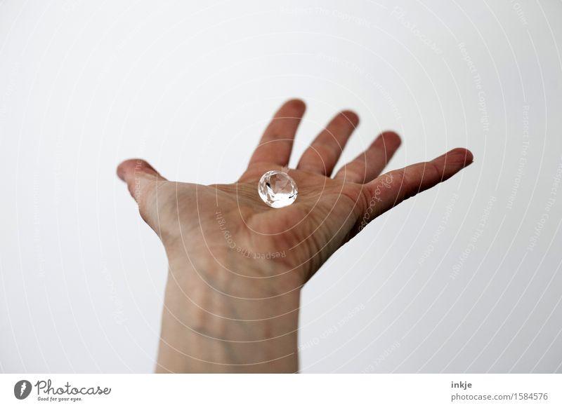 Klunker Reichtum Hand Handfläche 1 Mensch Brillant Diamant Schmuck Glas Kristalle festhalten glänzend groß rein zeigen Vor hellem Hintergrund Kostbarkeit Wert