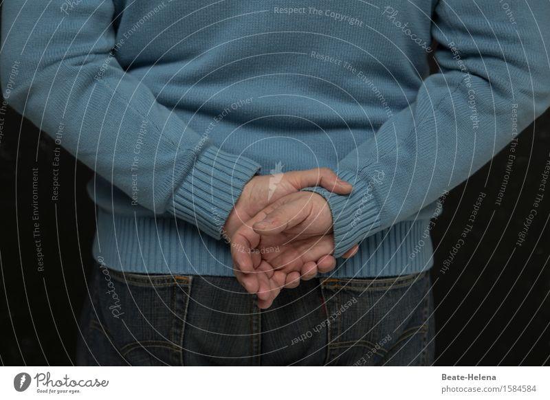 Kommt Zeit, kommt Rat Lifestyle Zufriedenheit Erholung ruhig Meditation Mann Erwachsene Hand Jeanshose Pullover träumen warten blau Wachsamkeit Verlässlichkeit