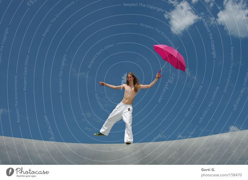 himmlisch jeck Mann Jugendliche Himmel Freude Wolken Linie Zufriedenheit hell blond Fröhlichkeit Regenschirm Chucks langhaarig Gleichgewicht himmelblau Schuhe