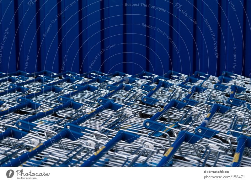 Blechmeer blau Einkaufswagen vertikal silber Streifen Horizont horizontal Meer Wand Wellblech obskur Verkehr Farbe