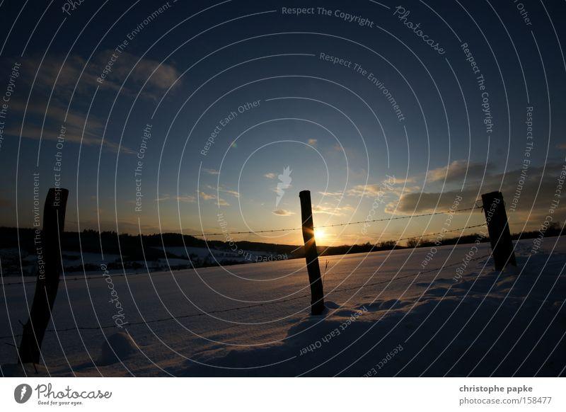 Schneelandschaft Farbfoto Außenaufnahme Menschenleer Morgendämmerung Abend Dämmerung Gegenlicht Zentralperspektive Weitwinkel Sonne Winter Natur Landschaft