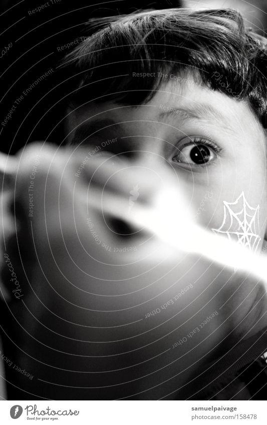 Kind weiß schwarz Auge Behaarung Konzentration Kleinkind
