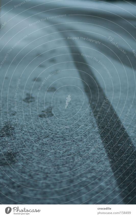 Spuren im Schnee Winter Einsamkeit kalt Wege & Pfade Schuhe gehen Spaziergang Bürgersteig Fußspur Reifen Reifenprofil Abdruck Reifenspuren