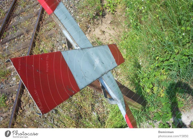 Andreaskreuz I Gleise rot weiß Sommer Freizeit & Hobby Eisenbahn Verkehrswege Perspektive