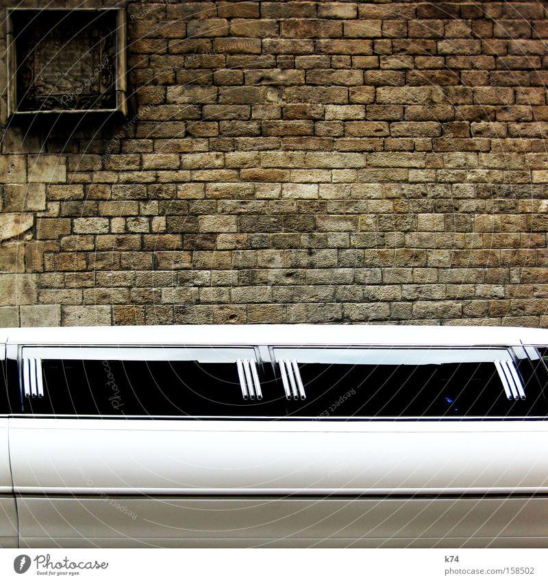 Limousine Limonade Reichtum edel KFZ Kontrast alt neu Millionär Dekadenz schick glänzend Heiratsantrag Verkehr Gotteshäuser Stretch Limousine Gefährt PKW