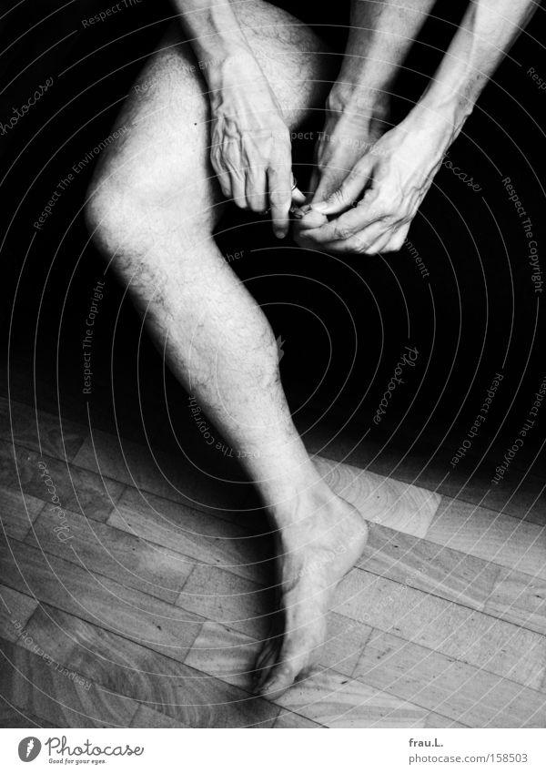 Fußpflege Mensch Mann Hand nackt Beine Erwachsene maskulin sitzen Behaarung Sauberkeit Sofa Reinigen natürlich Handwerk