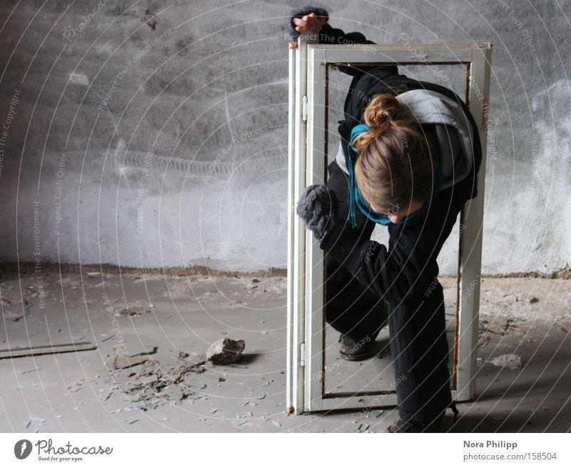 Ich brech aus! Frau alt Gefühle Fenster Kopf Kraft Fabrik kaputt Gemälde Rahmen schreiten Ausbruch driften Fensterrahmen