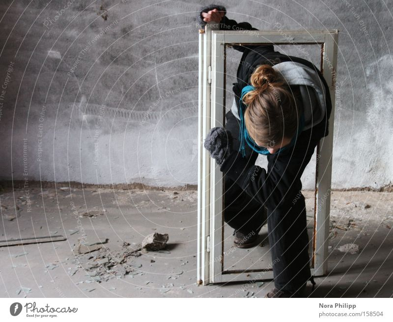 Ich brech aus! Frau alt Gefühle Fenster Kopf Kraft Kraft Fabrik kaputt Gemälde Rahmen schreiten Ausbruch driften Fensterrahmen