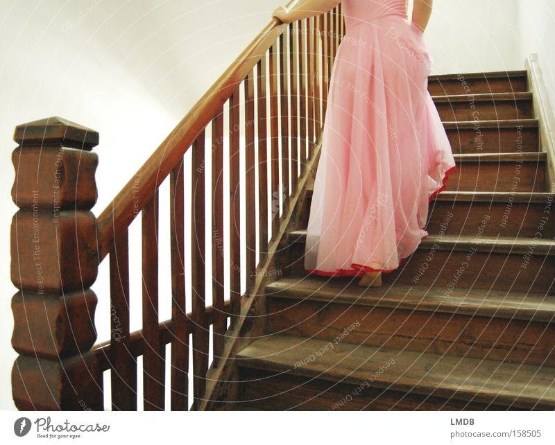 Dornröschen auf dem Weg ins Turmzimmer Frau schön gehen Treppe Romantik Kleid geheimnisvoll Leiter Märchen aufsteigen Anmut Prinzessin Literatur Wunschtraum